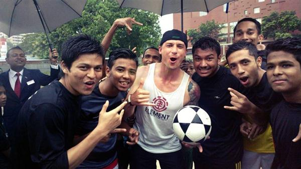 dale_steyn_playing_street_football_at_chittagong