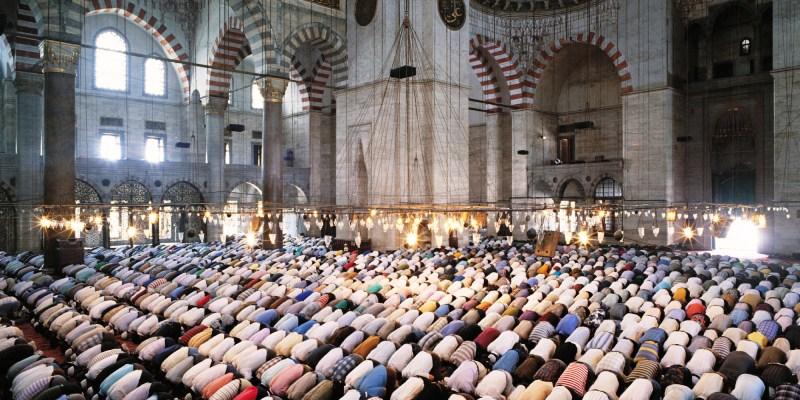 Turkey, Istanbul, Suleymaniye Mosque, crowd praying