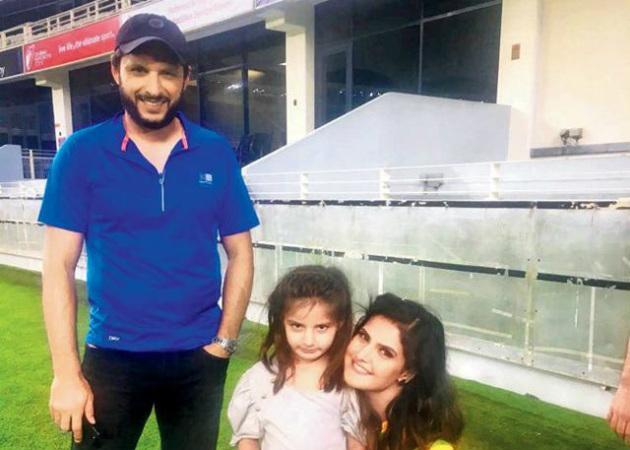 shahid-afridi-with-zareen-khan